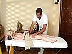 פטיט בייב deepthroats masseurs הזין השמן