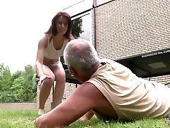 Mlado dekle zajebal s starec v njeno mokro muco in blowjob