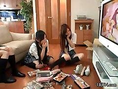 Roztomilé asijské babes get nadržený sledování part5