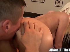 Blonde Babe Riley Jenner Gets Hot foyada mientras duerme Creampie in Ass!