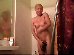 Tranny masturbate in the shower