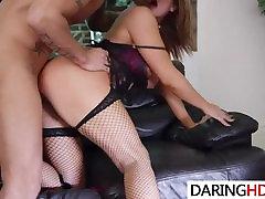 Kinky तिकड़ी के साथ दो गर्म लड़कियां