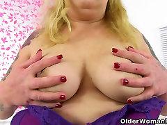 Briti BBW milf Sookie Blues fucks vintage spirty koos dildo