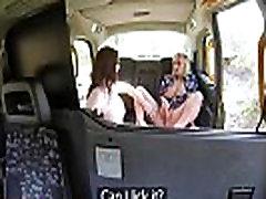 Naine Võltsitud Takso Horny tordid kasutada kurk venitada oma märg pussies
