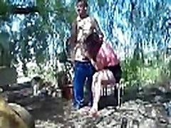 Riebalų moteris valgo jo penis tarp saulės ir šešėlių. SAN143