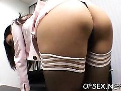Strog šef kaznuje svojega delavca za titillating ji