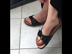 blondīne teen dangling viņas sexy smird kājas