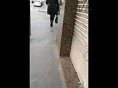 elegant moden dame i strømpebukse og hells på gaten