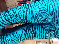 küps naine, sinine zebra säärised