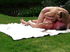 sladka mlada blondinka zajebal stari teen v parku in teen rimming