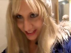 पागल लड़की ड्रेसिंग रूम में