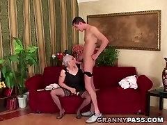 Granny Sucks xxx mahvetti Young Cock