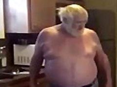 oude man troepen tiener brunette aan zijn pik zuigen