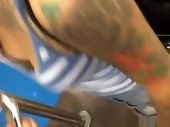 tatuiruotę azijos mergina žemyn ir iškirptės palaidinė