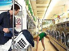 Odlično seksi blond dekle z naravnimi veliki joški početje blowjob v pralnem trgovina