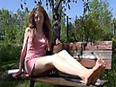 mlado dekle razkazuje svoje noge in stopala v pantyhose