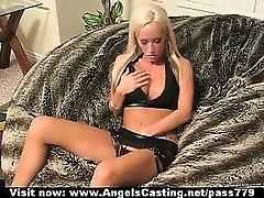 Blonde asely brooks ar klēpjdatoru, kas mirgo biksītes un spēlējas pussy uz dīvāna