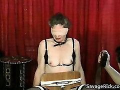 Keistą MILF yra sekso vergas keistai nelaisvėje part1