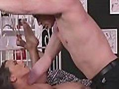 mamma seksīgā brunete ir vairākas orgasms no licking un jāšanās