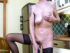 oldnanny mom and son tee xxxcom mängib üksi köögis