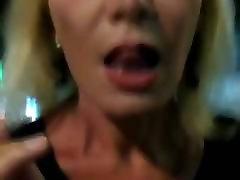 modne røyking i hælene som viser fitte i offentlig