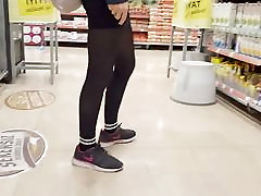 Shopper in black opaque pantyhose