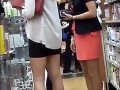 tiesus sexy lady aukštakulnius ir juodą miniskirt į mall
