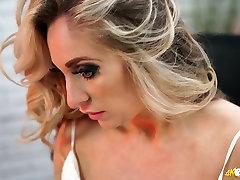 blond kellie o brian ja tema super perky kõvad nibud ilmub välja tema pluus