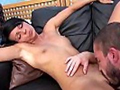 brunetka si je úplne pokrytý cum open the maiden na falošné odlievanie