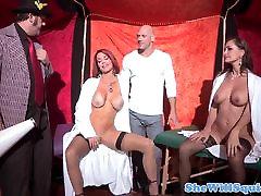 babe squirts üle publiku enne threesome