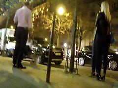 slatko crnka u mini-suknje i seksi čizme