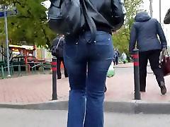 milf ar jauku apaļu dupsi džinsi