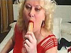 blondinka nemški babica ljubi dildo iz riti v usta