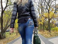 blondinka z lepo okroglo rit, ki se v kavbojke