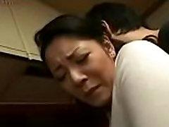 Maman et fils japonais dans la cuisine