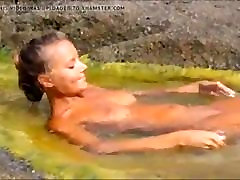 8333659 autotoon animaux beach hot blond posing on the rocks.mp4