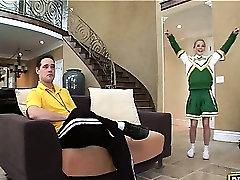 Sassy blond navijačica uveljavljajo in početje blowjob za trenerja
