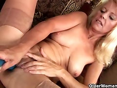 Mature blonde in tube bnat desk masturbates