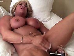 grande clitoride femminile bodybuilder scopa se stessa con un vibratore