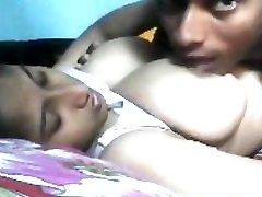 vroče in pohoten indijski white teen gags coco cock z velikimi prsi na postelji