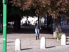 drąsus džinsai peeing, o pėsčiomis gatvėje 2