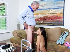 väike latina michelle martinez annab suhu vanaisa