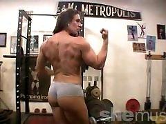 gola ženska bodybuilder predstavlja v telovadnici