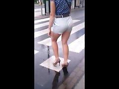 85 महिला के साथ शॉर्ट्स में सेक्सी पैर और उच्च ऊँची एड़ी के जूते