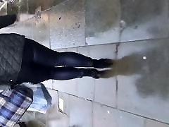 lihav perse tüdruk kõnnib läikivad retuusid, teksad