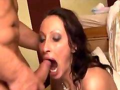 एमेच्योर, woman in livingroom मुँह करने के लिए