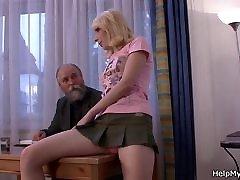 stari mož klice prijatelj za vraga svojo mlado blond žena