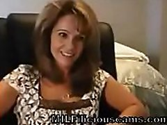 milf näitab clevage ja tagumik nukk - milfiliciouscams.com