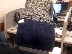 Sexy candid voyeur tetona cachonda ense in tight jeans in the computer lab