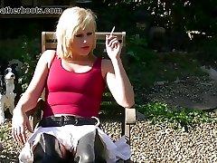 kajenje blondinka omogoča upskirt punc v usnje škornji
